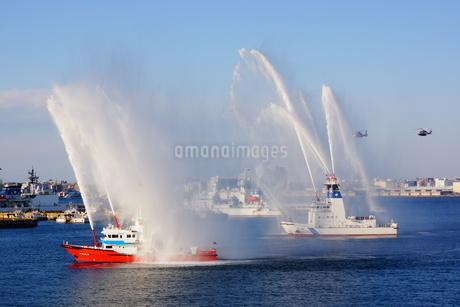 放水訓練をする消防船の写真素材 [FYI03456598]