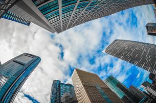 東京都港区・汐留のオフィスビル群と青空の写真素材 [FYI03456608]