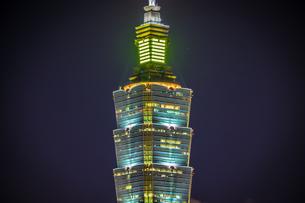 台北の象山から見える台北101の夜景の写真素材 [FYI03456625]