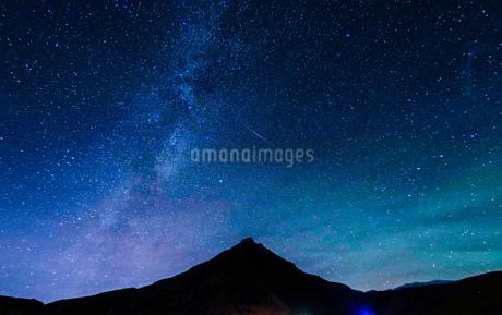 山のシルエットと星空(アイスランド)の写真素材 [FYI03456638]