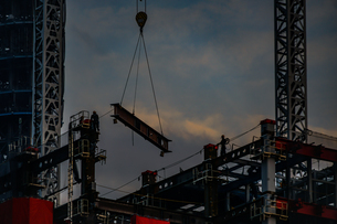 高層ビルの建築現場の写真素材 [FYI03456643]