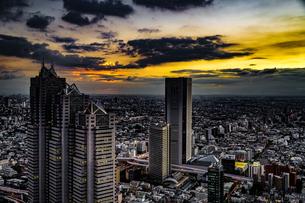 東京都庁の展望台から見える新宿の都市風景と夕景の写真素材 [FYI03456654]