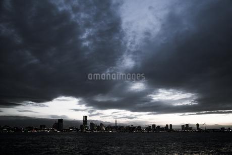 大黒ふ頭から見える横浜みなとみらいの街並みの写真素材 [FYI03456666]