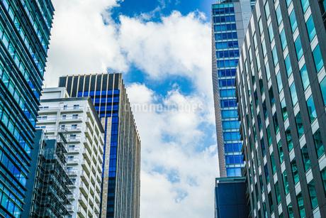 秋葉原のビル群と晴天の空の写真素材 [FYI03456719]
