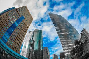 東京都港区・汐留のオフィスビル群と青空の写真素材 [FYI03456748]