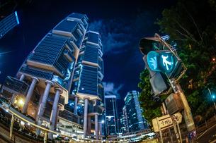 香港特別行政区の高層ビル群の夜景の写真素材 [FYI03456754]