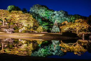 六義園の大名庭園(紅葉)の写真素材 [FYI03456774]