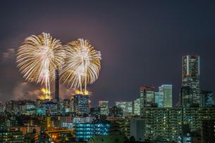 横浜の街並みと花火(みなとみらいスマートフェスティバル)の写真素材 [FYI03456781]