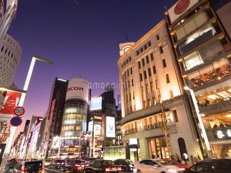 夕暮れの銀座中央通りの写真素材 [FYI03456932]