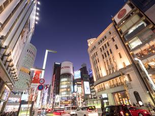 夕暮れの銀座中央通りの写真素材 [FYI03456936]