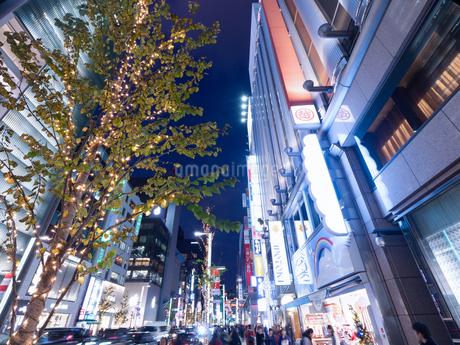 夕暮れの銀座中央通りの写真素材 [FYI03456937]