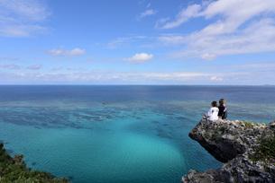 宮古島/四角点イグアナ岩の若い女性の写真素材 [FYI03456944]