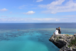 宮古島/四角点イグアナ岩の若い女性の写真素材 [FYI03456946]