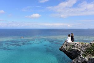 宮古島/四角点イグアナ岩の若い女性の写真素材 [FYI03456948]