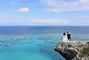 宮古島/四角点イグアナ岩の若い女性の写真素材 [FYI03456949]