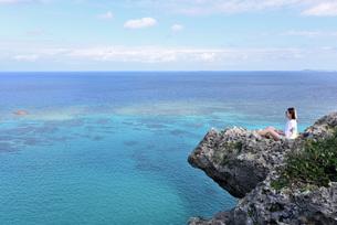 宮古島/四角点イグアナ岩の若い女性の写真素材 [FYI03456953]