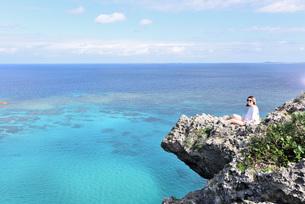 宮古島/四角点イグアナ岩の若い女性の写真素材 [FYI03456954]