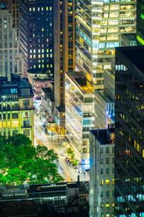 ニューヨーク・マンハッタンの夜景の写真素材 [FYI03456990]