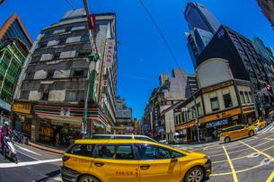 台湾・台北の街並みと青空の写真素材 [FYI03456998]