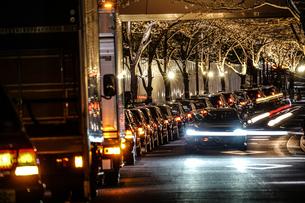 路肩に止まるタクシーの列の写真素材 [FYI03457024]