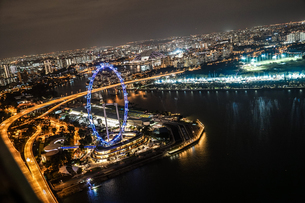 マリーナ・ベイ・サンズ展望台からの夜景(シンガポール)の写真素材 [FYI03457042]