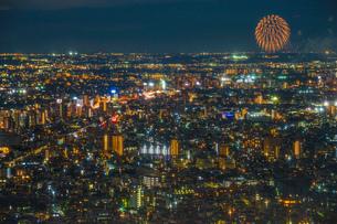 東京都庁展望台から見える調布花火大会の写真素材 [FYI03457046]
