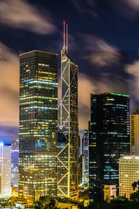 香港特別行政区の高層ビル群の夜景の写真素材 [FYI03457065]