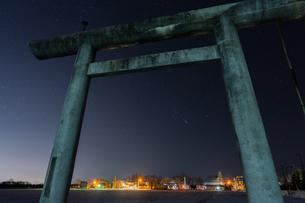 鳥居と町の写真素材 [FYI03457076]