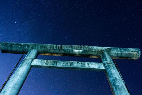 星と鳥居の写真素材 [FYI03457077]