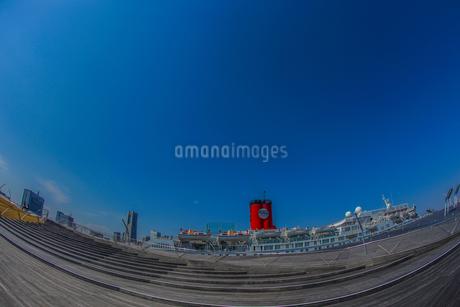 横浜港に停泊する豪華客船(ピースボート)の写真素材 [FYI03457094]