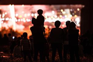 たまがわ花火大会の花火と観客(2018年)の写真素材 [FYI03457114]