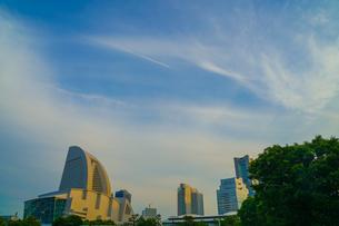 夕暮れ空と横浜みなとみらいのビル群の写真素材 [FYI03457129]