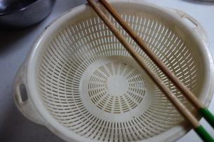 ザルと菜箸の写真素材 [FYI03457318]