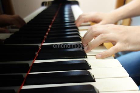 グランドピアノを両手で弾くの写真素材 [FYI03457320]