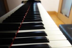 グランドピアノの鍵盤と椅子の写真素材 [FYI03457321]