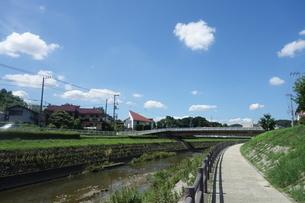 晴れた日の大栗川沿いの道の写真素材 [FYI03457323]