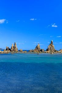 橋杭岩と青空の写真素材 [FYI03457347]
