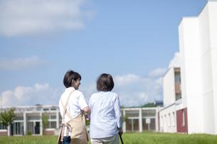シニア女性の歩行を介助する介護士の写真素材 [FYI03457378]