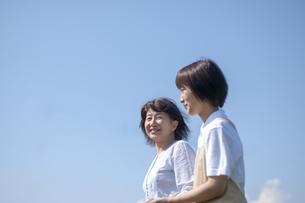 歩行を介助してもらうシニア女性の写真素材 [FYI03457380]