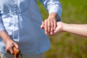 手を引いてもらうシニア女性の手元の写真素材 [FYI03457382]