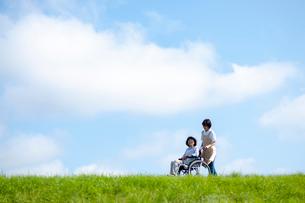 車椅子を押す介護士の女性の写真素材 [FYI03457391]