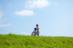 車椅子を押す介護士の女性の写真素材 [FYI03457393]