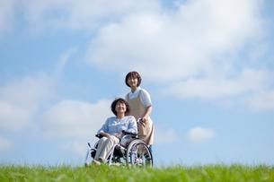 車椅子を押す介護士の女性の写真素材 [FYI03457394]