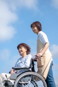 車椅子を押す介護士の女性の写真素材 [FYI03457395]