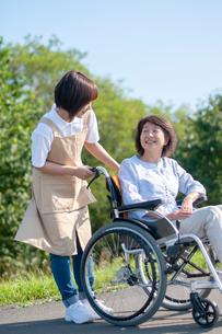介護士と話をする車椅子のシニア女性の写真素材 [FYI03457397]
