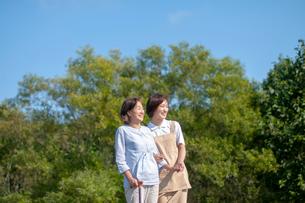 シニア女性の歩行を介助する介護士の写真素材 [FYI03457399]