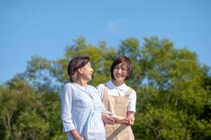 シニア女性の歩行を介助する介護士の写真素材 [FYI03457400]