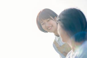 シニア女性に寄り添う介護士の写真素材 [FYI03457407]