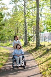 車椅子を押す介護士の女性の写真素材 [FYI03457409]