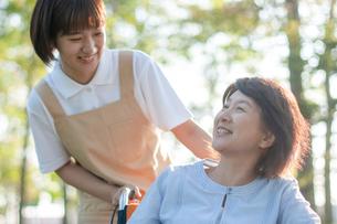 介護士と話をする車椅子のシニア女性の写真素材 [FYI03457413]
